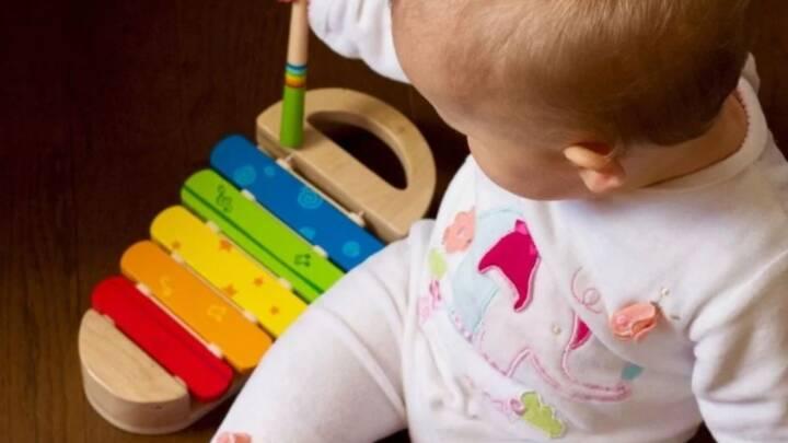 Bebê deve ser estimulado a segurar objetos desde o nascimento, diz estudo